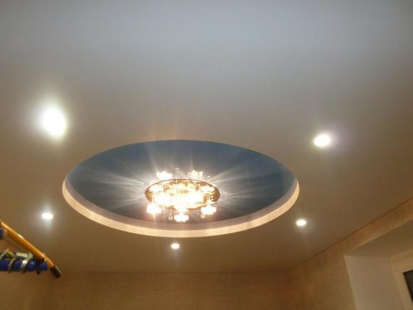 Двухуровневый потолок с кругом в центре