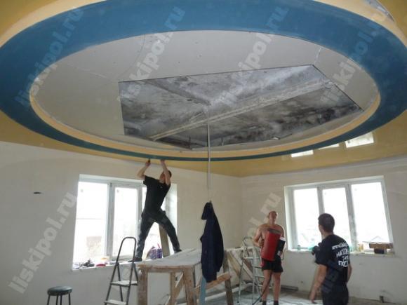Натяжной потолок со вставкой в центре
